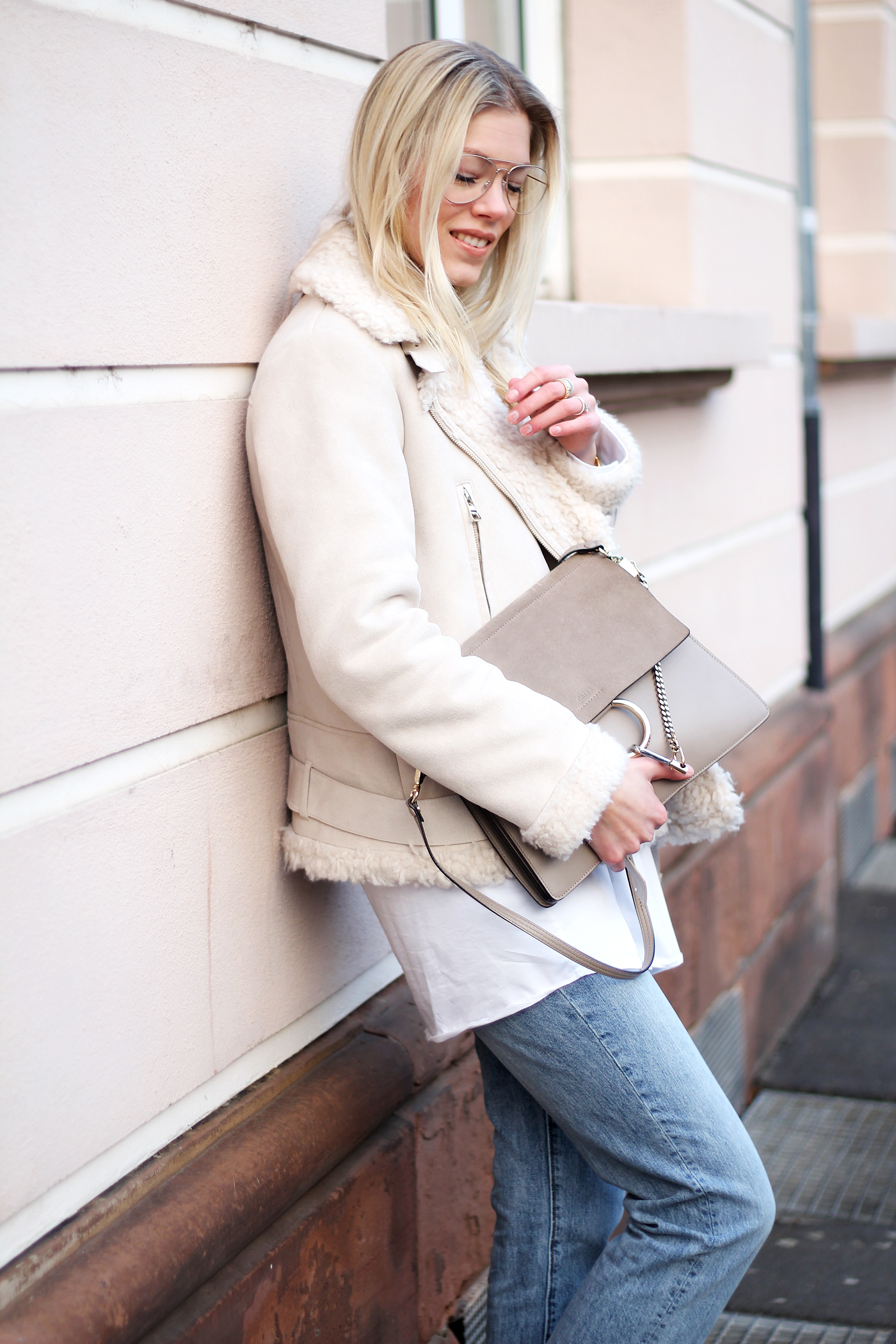 somehappyshoes_Fashionblog_shearling_jacket_H&M_Brille_Mom_Jeans_Sneaker
