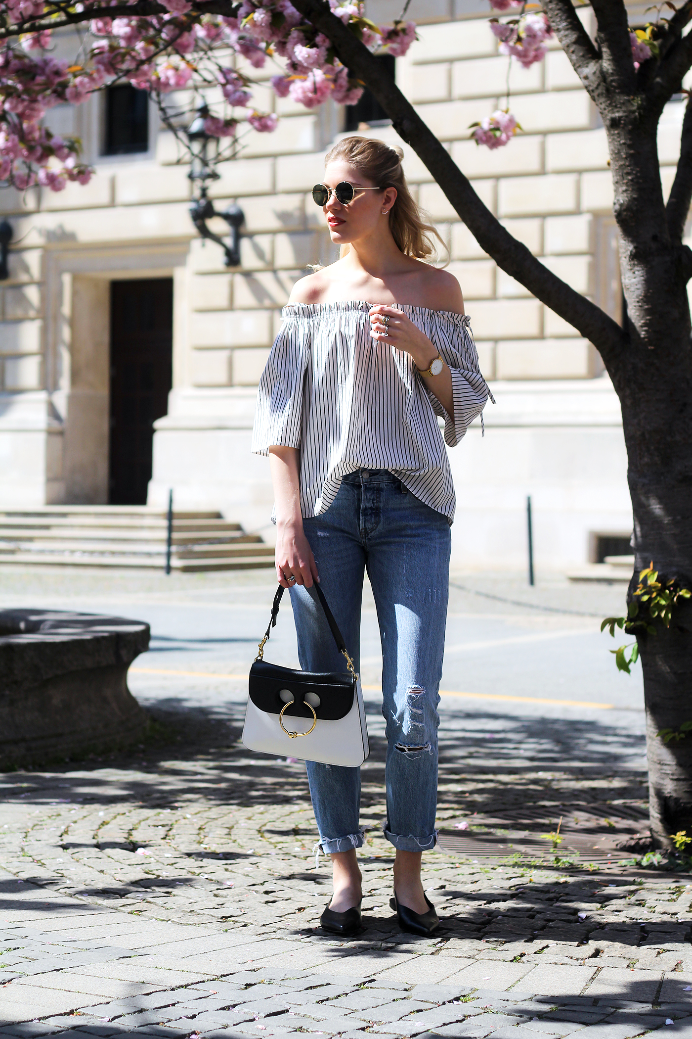 somehappyshoes_verenachrist_off-shoulder-blouse_levis-jeans_J.w.anderson_pierce_bag4
