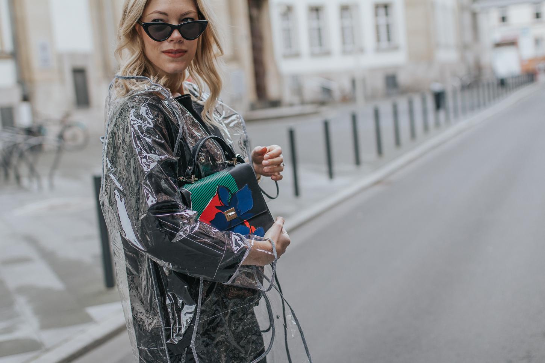 Transparenter Mantel, Sneaker & Hugo Boss Bag