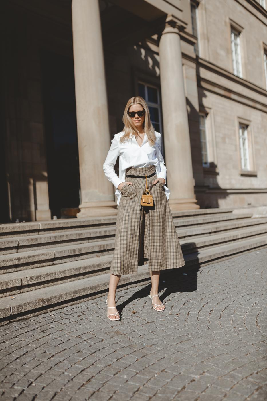 weiße Bluse-karierter-Rock-Springoutfit-Mini-bags-sandalen