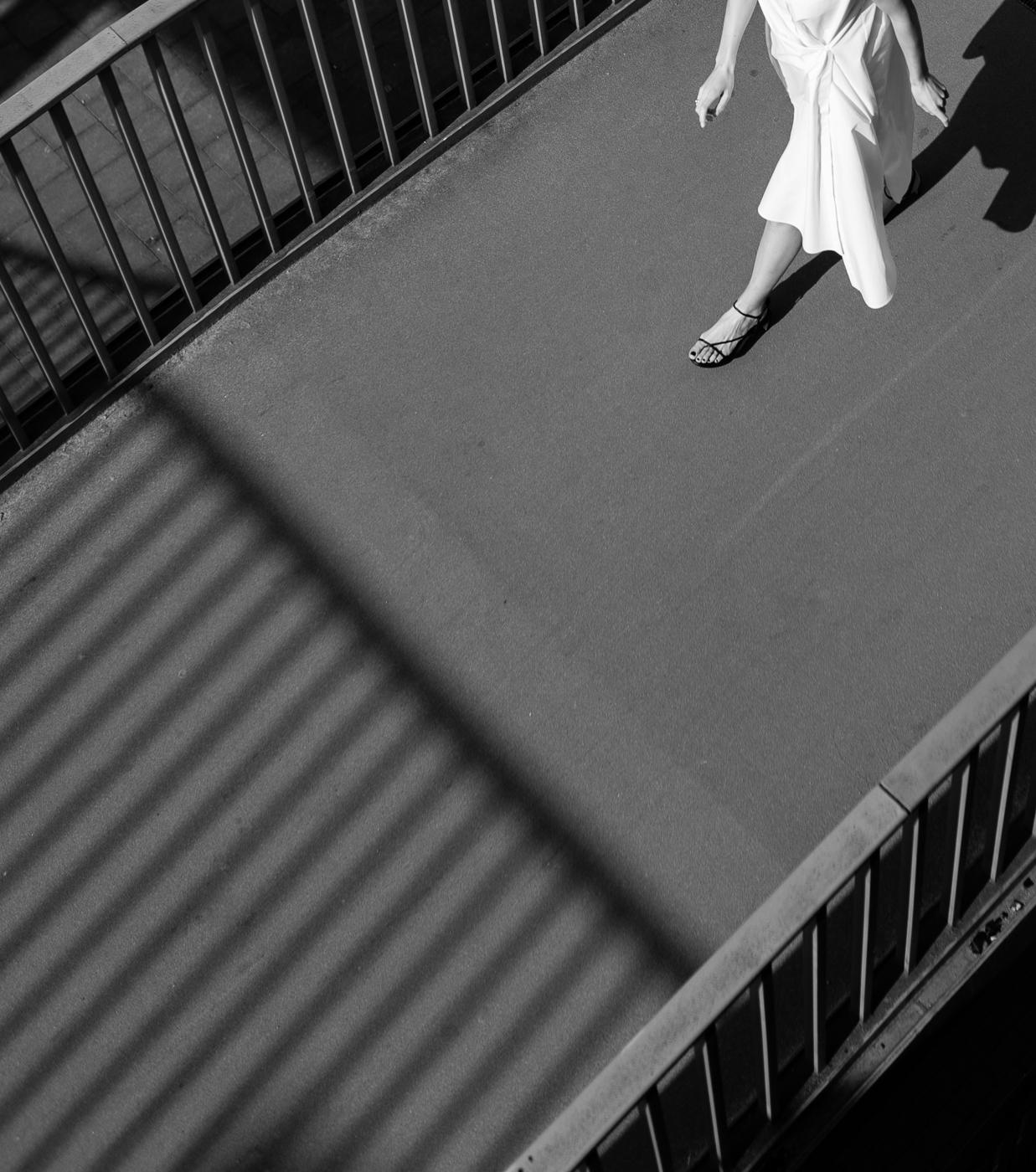 Cos-kleid-sandals-white-dress-3