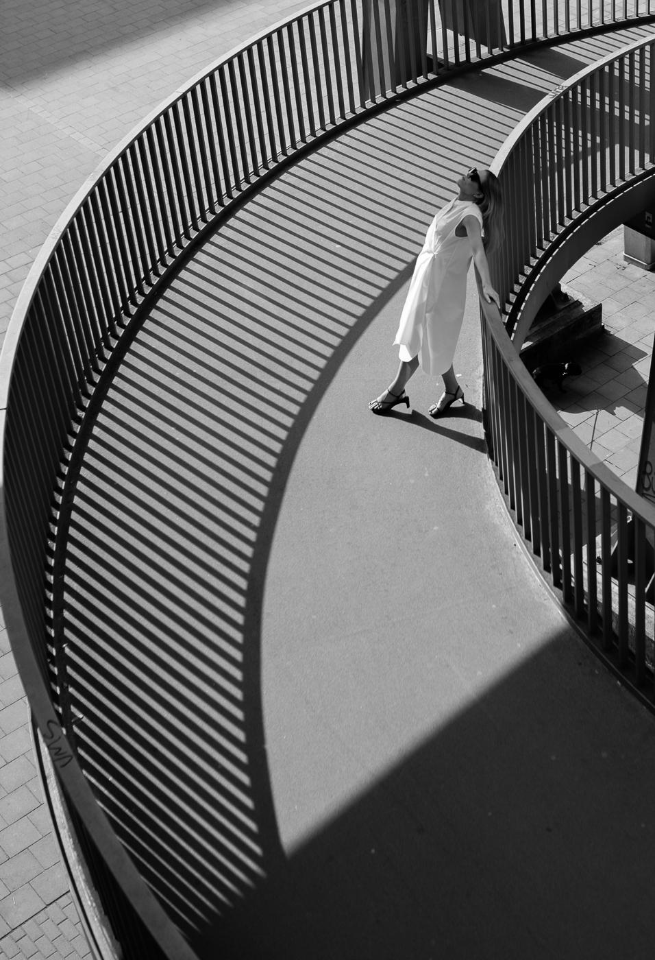 Cos-kleid-sandals-white-dress-8-1